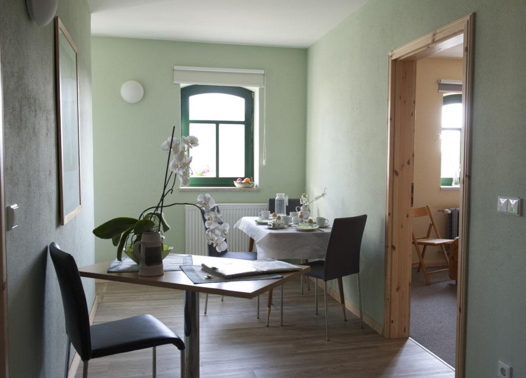 Aufenthaltsraum zwischen Küche und Gästezimmern