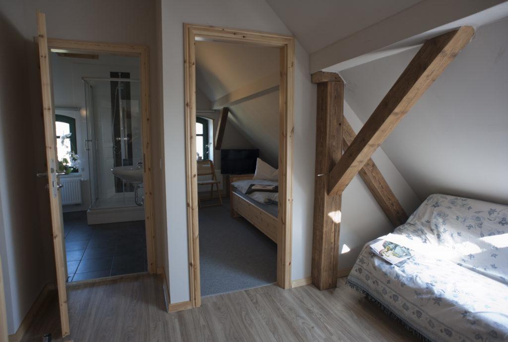 Blick in Bad und Einzelzimmer im Obergeschoss